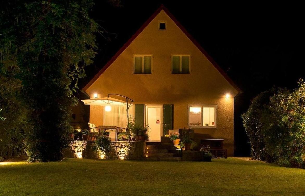 изображение вечерней подсветки дома