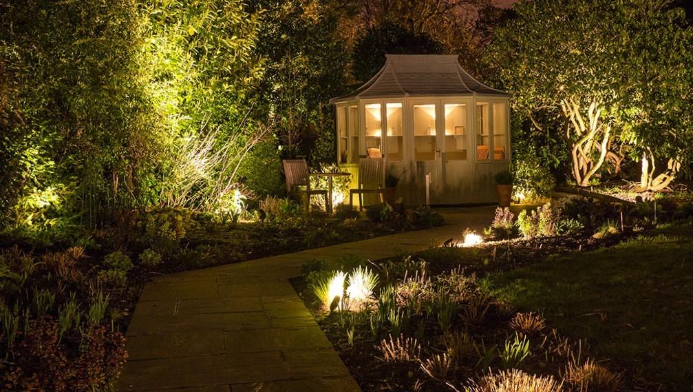 изображение освещения дорожки к дому